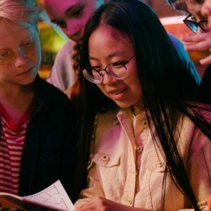 jeunes en train de lire